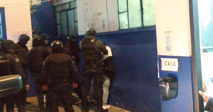 Apedrean a policías