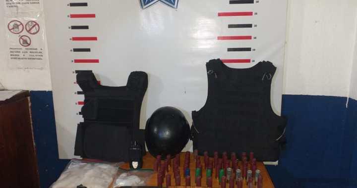 Detienen a dos hombres con droga, armas y chalecos tácticos