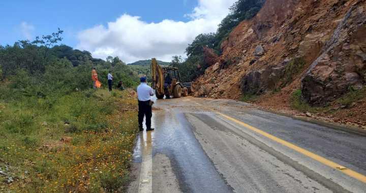 Tras 12 horas de bloqueo retiran deslave de la Carretera a Dolores