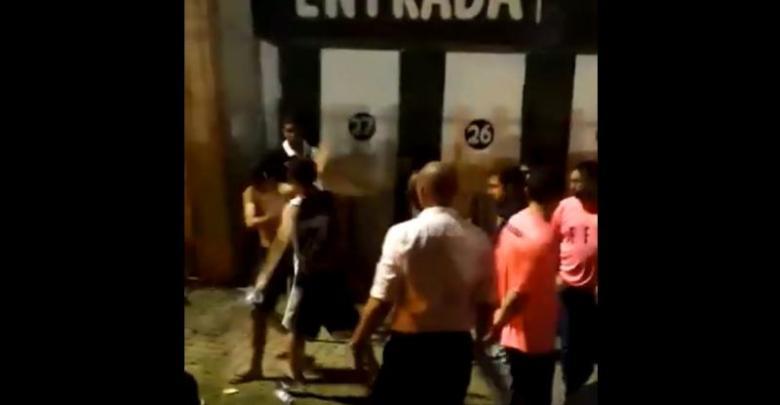 Torcedor com camisa do Flamengo é agredido ao passar por torcedores do Vasco; Confira o vídeo 1