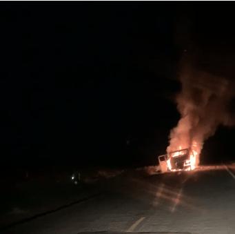 Caminhão carregado de verdura pega fogo na PI 236; o caminhão pertencia ao verdurão JM de Oeiras 2