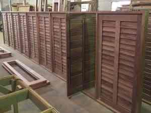 janela com venezianas articulada - Palheta móvel - Venezianas móveis - Esquadrias de madeira - Janela pivotante - Portalmad