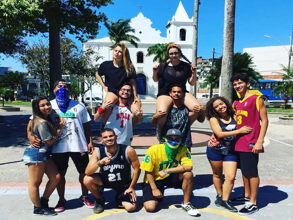 Grupo leva a dança para as ruas do litoral capixaba e viraliza na internet