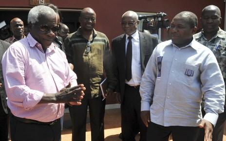 O Presidente da República de Moçambique, Filipe Jacinto Nyusi (D), acompanhado pelo presidente da RENAMO, Afonso Dlhakama (E), durante um encontro no Palácio Presidencial, em Maputo, Moçambique, 07 de fevereiro de 2015. TOMÁS CUMBANA/PRESIDÊNCIA REPÚBLICA MOÇAMBIQUE/LUSA