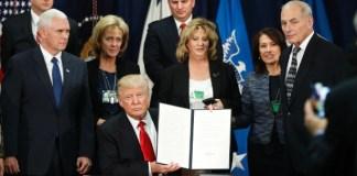 """O presidente dos EUA, Donald Trump, assinou nesta quarta-feira (25) decreto presidencial que prevê a construção de uma """"grande barreira física"""" na fronteira com o México."""