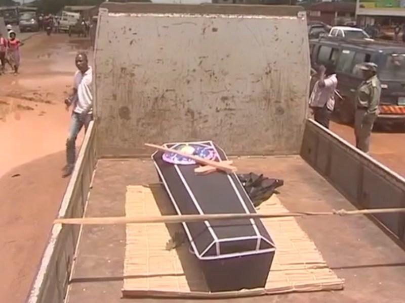 Família abandona na via pública urna com restos mortais
