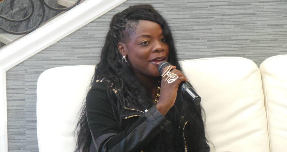 """O polémico apresentador moçambicano do programa Feeling da Eco Tv, Relâmpago Luís voltou a fazer das suas. Dessa vez o homem das """"Saias"""", soltou o verbo e atacou a renomada cantora Lourena Nhate"""