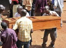 Um funcionário público ugandês instruiu sua esposa a enterrá-lo com uma quantia em dinheiro de 200 milhões de xelins ugandeses (equivalente a US $ 55.000). O dinheiro destinava-se a subornar Deus pelos pecados terrenos do falecido.