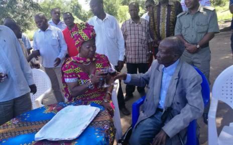Depois de ter feito uma visita ao pai do líder do maior partido da oposição moçambicana, ontem sexta-feira santa a governadora da província de Sofala, Maria Helena Taipo