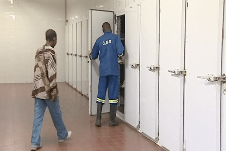 A água que sobra das lavagens de restos mortais nas diferentes morgues do país está ser vendidas em conivência com alguns funcionários para efeitos de superstição