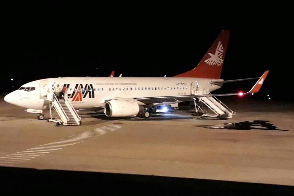Um avião da companhia Linhas Aéreas de Moçambique (LAM) apresentou problemas está noite, o mesmo está derramando combustível, no aeroporto de Nampula e com os passageiros ainda abordo.