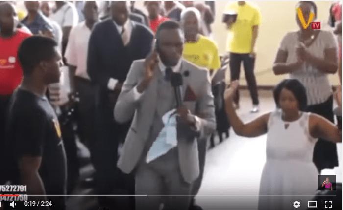 """O Pastor evangélico Paul Sanyangore, do Zimbábue, virou notícia nos últimos dias depois que um vídeo em que aparece """"falando ao telefone"""" com Deus durante um culto"""