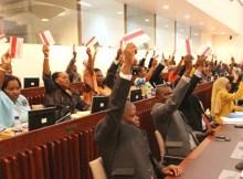 FUNCIONÁRIOS do Estado na província da Zambézia que beneficiaram ilegalmente do dinheiro do Fundo Distrital de Desenvolvimento (FDD) serão, a partir do próximo mês, obrigados a reembolsar