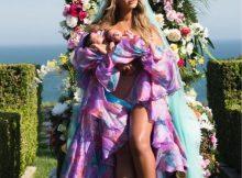 Chamam-se Rumi e Sir os príncipes com um mês de vida da rainha da pop, Beyoncé. A mãe foi fotografada a segurar os dois gémeos num trono de flores, de vestido roxo e véu azul