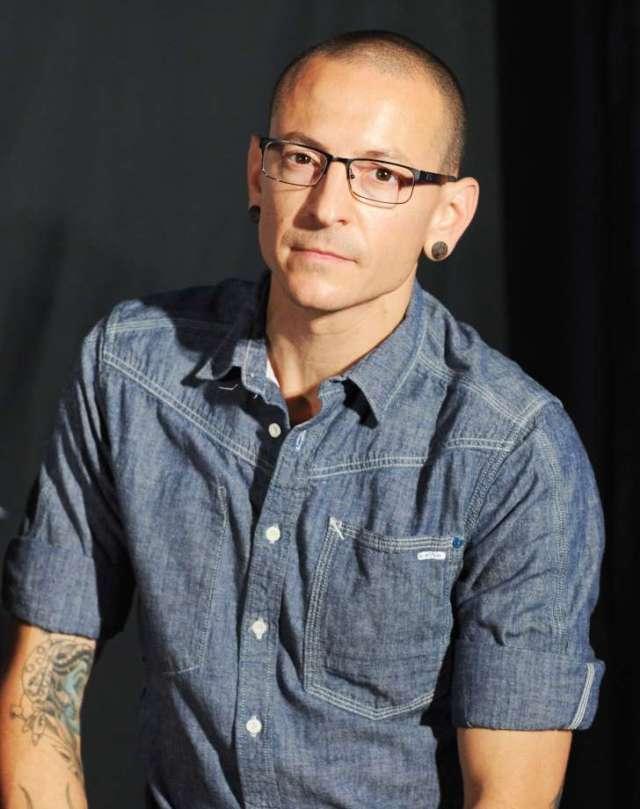 Chester Bennington, cantor principal da banda Linkin Park, foi encontrado morto em sua casa, o escritório do coronário do condado de L.A. confirma para o PEOPLE. Ele tinha 41 anos.