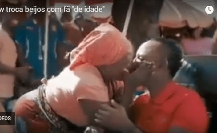 """Mr. Bow filmado aos beijos com uma fã """"de idade"""", Vídeo"""