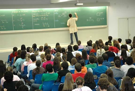 """O Irão decidiu proibir professores """"feios"""" nas salas de aula, sendo que entre os excluídos estão docentes com acne, eczema, cicatrizes, estrabismo, entre outros."""