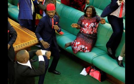 Deputados da oposição no Uganda lutam com agentes da segurança no parlamento- Veja