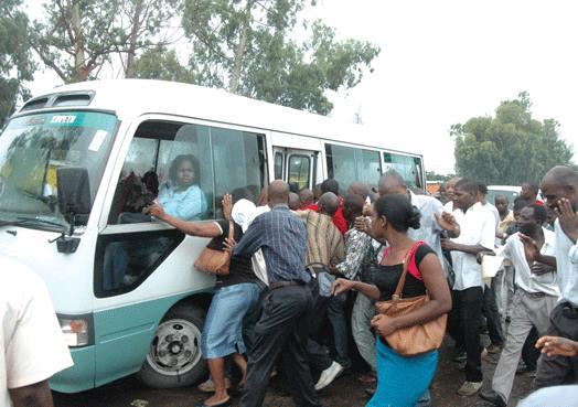 """Aprovada subida do preço do """"chapa"""" em Maputo Preço de transporte deverá subir de 7 para 10 meticais e de 9 para 12 meticais na cidade de Maputo"""