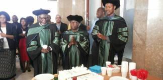 A Universidade Eduardo Mondlane promoveu no dia 02 de Junho o Professor Brazão Mazula à categoria de Professor Catedrático, na área de Filosofia da Educação.