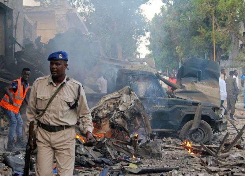 Autoridades falam em dezenas de feridos e pelo menos 26 mortos no ataque ao conhecido hotel Nasa Hablod Two em Mogadíscio, reivindicado pelo grupo extremista al-Shabab.