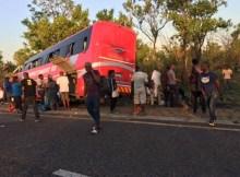 Um autocarro da transportadora Nagi, que partiu hoje de Maputo com destino a provincial de Nampula, despistou-se e embateu numa árvore a 50km de Inchope,