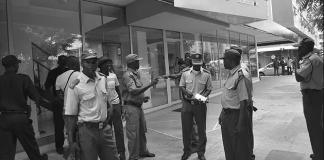 Três indivíduos, fazendo-se transportar numa viatura sem inscrições e empunhando armas de fogo, assaltaram na manhã de ontem, na Beira, os bandidos