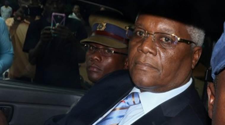 O ministro das Finanças de Robert Mugabe foi internado em um hospital depois de ser espancado,quando esteve sob custódia militar, disse seu advogado à agência de notícias da Reuters.