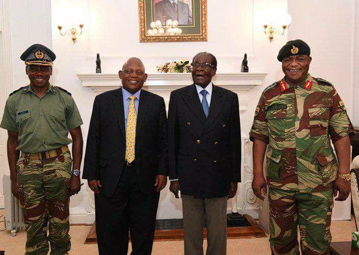 Com a crescente pressão, o presidente Robert Mugabe finalmente concordou em assinar documentos que renunciam os poderes., Mugabe possivelmente