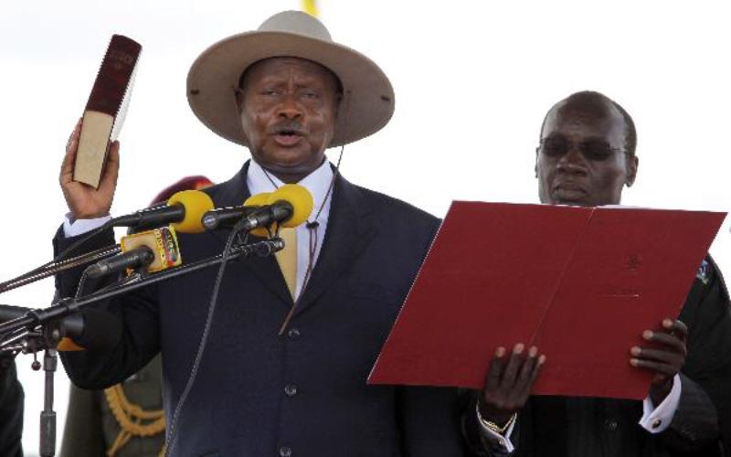 Museveni promete aumento de salários aos ugandeses, horas após a queda de Mugabe, nos últimos anos também tem sentido pressão para abandonar o posto.
