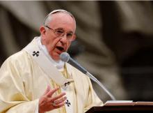 O Papa Francis solicitou um debate sobre permitir que homens casados na região amazônica do Brasil se tornem sacerdotes, em um movimento controverso que provavelmente