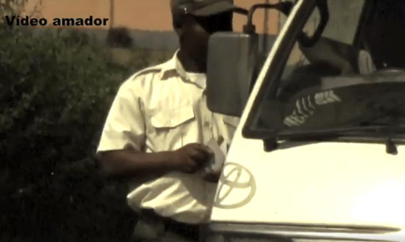 Um agente da Polícia Municipal foi flagrado pela câmera de uma cidadão a extorquir automobilistas em plena via pública, em Maputo.