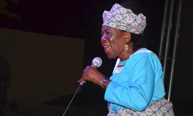 Morreu hoje vitima de doenca Zena Bacar depois de uma carreira que se iniciou aos seis anos de idade, de forma ingénua. A partir de 1980, a coisa ficou mais séria e a muthiyana orera fez da voz uma arma de conquista ao seu público, como poucos.