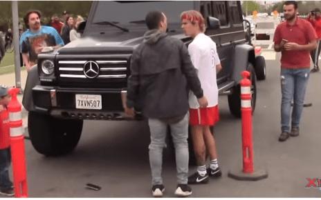 Justin Bieber saía de um jogo de futebol com os amigos no bairro de Playa Vista, na Califórnia, quando foi interpelado por um admirador