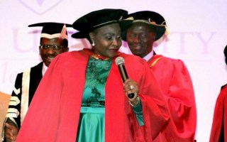 A cantora sul-africana YvoneChaka Chaka recebeuo título de doutorhonoris causada Universidade pública da África do Sul – A Universidade Rhodes.