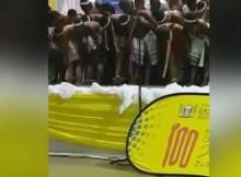 O vídeo da actuação durante uma competição em Mthatha surgiu no início desta semana e mostra as meninas a dançar no palco com os seios e rabos expostos.