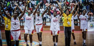 No segundo período, as angolanas entraram dominadoras, mas Moçambique conseguiu dar réplica, tendo saído da primeira parte a vencer por 23-21.