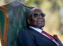 O ex-presidente do Zimbabwe, Robert Mugabe, encontra-se em Singapura para tratamento médico e já não consegue andar devido a problemas de saúde e à sua idade
