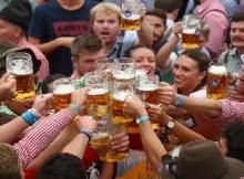 """Um tribunal alemão decidiu que a ressaca é uma """"doença"""", lê-se naBBC. Esta decisão foi tomada num caso contra um fabricante de uma bebida para prevenir a ressaca."""