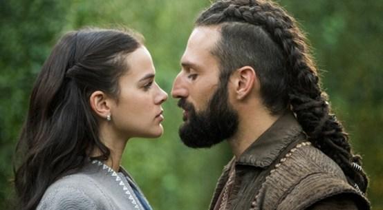 Catarina (Bruna Marquezine) e Constantino (José Fidalgo) de Deus Salve o Rei
