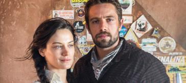 Clara (Bianca Bin) e Renato (Rafael Cardoso) em O Outro Lado do Paraíso