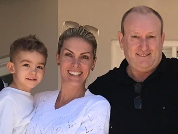 Ana Hickmann posa ao lado do pai, João Hickmann, e do filho (Foto: Arquivo pessoal)