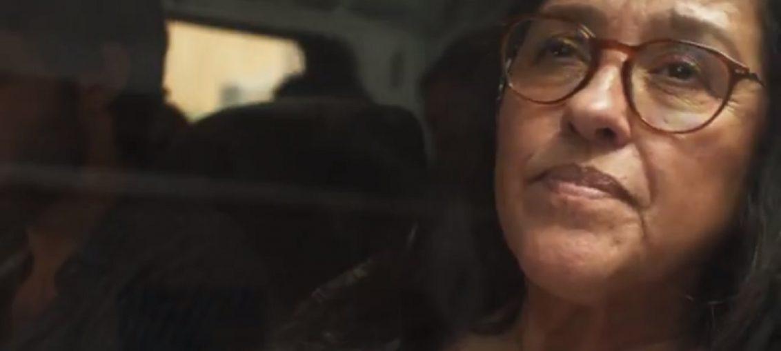 Lurdes (Regina Casé) em Amor de Mãe (Reprodução / TV Globo)