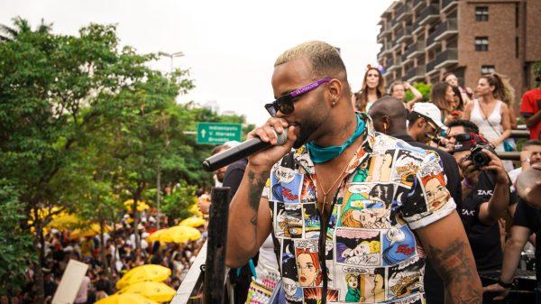 """MC Zaac arrasta multidão pelas ruas de São Paulo na estreia do bloco """"Vai Embrazando"""""""