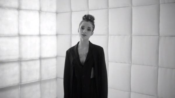 """Poppy lança cover de """"All The Things She Said"""", do t.A.T.u."""