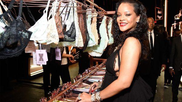 """Em apoio ao movimento """"Blackout Tuesday"""", Rihanna fecha lojas da Fenty"""