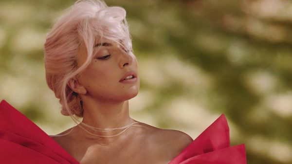 """Ao som de """"Sine From Above"""", Lady Gaga estrela comercial da Valentino"""