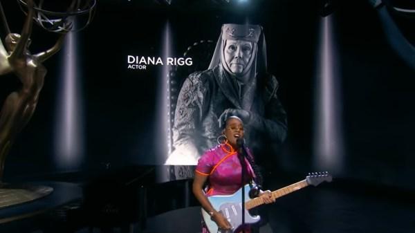 No palco do Emmy, H.E.R. faz performance em homenagem a grandes nomes que morreram no últimos meses