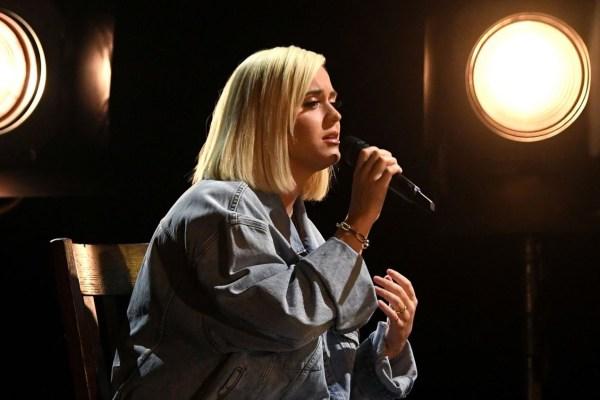 """Katy Perry faz performance emocionante de """"Only Love"""" no palco do AMAs"""