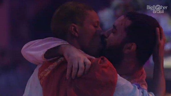 VÍDEO   BBB21: Lucas Penteado e Gilberto protagonizam primeiro beijo gay da temporada